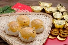 Postre chino con los lingotes rojos del sobre y del oro Fotos de archivo