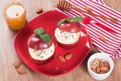 Postre cocido de la manzana con el queso cremoso Fotos de archivo libres de regalías