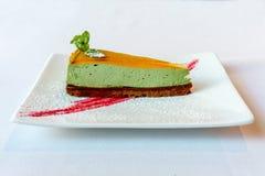 Postre colorido delicioso de la torta en una placa blanca Imagen de archivo