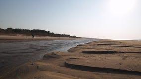 Postre como la arena texturizada - playa del golfo del mar B?ltico con la arena blanca en la puesta del sol - v?deo 4K con el mov almacen de metraje de vídeo