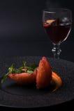 Postre con la pera y el vino reflexionado sobre imagenes de archivo