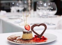 Postre con las fresas y el corazón del chocolate Fotografía de archivo libre de regalías