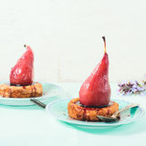 Postre con las peras en salsa de vino Fotos de archivo
