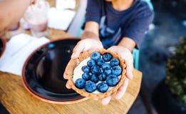 Postre con los arándanos en una cesta comestible Imagen de archivo libre de regalías