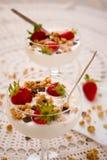 Postre con los cereales de las fresas y las escamas del chocolate Fotos de archivo