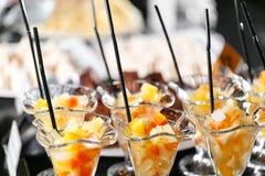 Postre con los pedazos de fruta Comida fría del desayuno del hotel de la mañana Cóctel de la fruta de postre en tazas Imagen de archivo libre de regalías