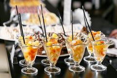Postre con los pedazos de fruta Comida fría del desayuno del hotel de la mañana Cóctel de la fruta de postre en tazas Imágenes de archivo libres de regalías