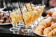 Postre con los pedazos de fruta Comida fría del desayuno del hotel de la mañana Cóctel de la fruta de postre en tazas Fotos de archivo