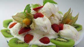 Postre cremoso de fusión del helado con las frutas y las hojas de menta metrajes