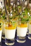 Postre cremoso y helado salado del caramelo en los tarros de cristal con la menta fresca Imagenes de archivo