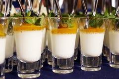 Postre cremoso y helado salado del caramelo en los tarros de cristal con la menta fresca Imagen de archivo libre de regalías