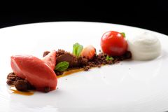 Postre de cena fino, helado de fresa, mousse de chocolate Fotos de archivo libres de regalías