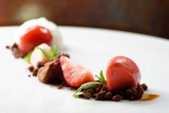 Postre de cena fino, helado de fresa, mousse de chocolate Fotografía de archivo