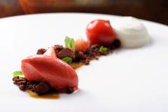 Postre de cena fino, helado de fresa, mousse de chocolate Imagen de archivo libre de regalías
