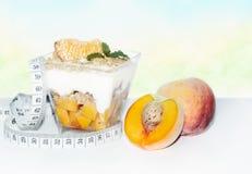 Postre de la dieta con los melocotones Imagen de archivo libre de regalías
