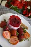 Postre de la frambuesa en fondo rojo de la flor Imagen de archivo libre de regalías