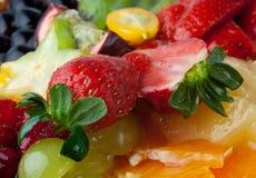 Postre de la fruta con la fresa en la tapa (macro) Imágenes de archivo libres de regalías