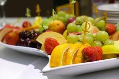 Postre de la fruta en la mesa de comedor Imágenes de archivo libres de regalías