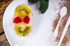 Postre de la fruta rematado con el kiwi y las cerezas Fotografía de archivo libre de regalías