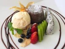 Postre de la lava del chocolate en la placa blanca Imagen de archivo libre de regalías