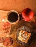 postre de la manzana deliciosa y una taza de té Imágenes de archivo libres de regalías