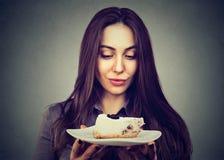 Postre de la torta de la ansia de la mujer, impaciente comer imagenes de archivo