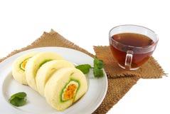 Postre de la torta del rollo y taza de té tailandeses fotografía de archivo libre de regalías