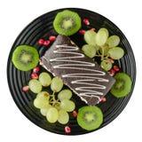 Postre de las uvas de la torta y de la fruta, kiwi, granada Fotografía de archivo libre de regalías