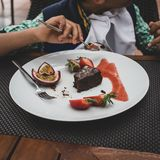 Postre del brownie del chocolate con las bayas fotos de archivo