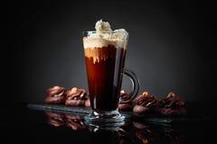 Postre del chocolate con la avellana y el café con crema en un fondo negro fotografía de archivo libre de regalías