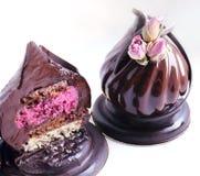 Postre del chocolate con las rosas secadas y decoración del chocolate en el corte blanco del fondo foto de archivo libre de regalías