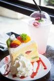 Postre del mollete de la torta de la fruta y bebida dulce en café Imagenes de archivo