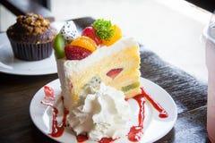 Postre del mollete de la torta de la fruta y bebida dulce en café Fotos de archivo libres de regalías