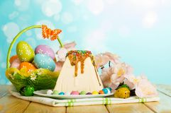 Postre del pastel de queso de Pascua, huevos de Pascua, mariposa, flores, cand Foto de archivo