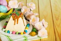 Postre del pastel de queso de Pascua, huevos de Pascua tradicionales, flores y fotos de archivo