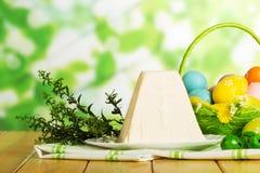 Postre del queso de Pascua, huevos coloreados en la cesta, hierba, GR abstracto imagen de archivo libre de regalías