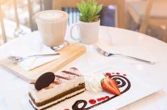 Postre del Tiramisu en la tabla en tiempo del café Foto de archivo libre de regalías