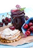 Postre del verano con crema y la cereza dulce Fotos de archivo