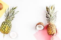 Postre del verano con las piñas y el coco en la mofa blanca de la opinión superior del fondo para arriba Imágenes de archivo libres de regalías