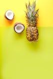 Postre del verano con las piñas y el coco en mofa amarilla de la opinión superior del fondo para arriba Fotos de archivo