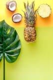 Postre del verano con las piñas y el coco en mofa amarilla de la opinión superior del fondo para arriba Imagenes de archivo
