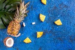 Postre del verano con las piñas y el coco en mofa azul de la opinión superior del fondo para arriba Fotografía de archivo