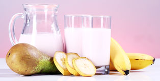 Postre del yogur con las frutas Fotografía de archivo libre de regalías