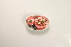 Postre delicioso con los macarrones rojos Imagenes de archivo