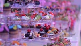 Postre delicioso de la barra de caramelo de la recepción nupcial metrajes