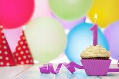 Postre delicioso de la magdalena para el cumpleaños con la vela Fotos de archivo