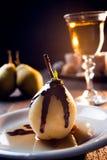 Postre delicioso de la pera con el chocolate y el licor del amaretto foto de archivo