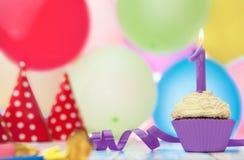 Postre delicioso del mollete para el cumpleaños con la vela Fotos de archivo