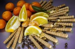 Postre dulce con las frutas y las galletas, granos de café Imagenes de archivo