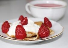 Postre dulce: crepe con crema y fresas fotos de archivo